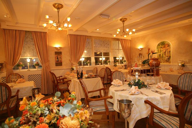 Restaurant 'De Heeren van Kok' is gevestigd in een monumentaal pand en serveert de klassieke keuken; van een flinke Ierse tournedos,  aan tafel gefileerde Noordzeetong tot op de flambeerwagen bereidde crepe Suzette.